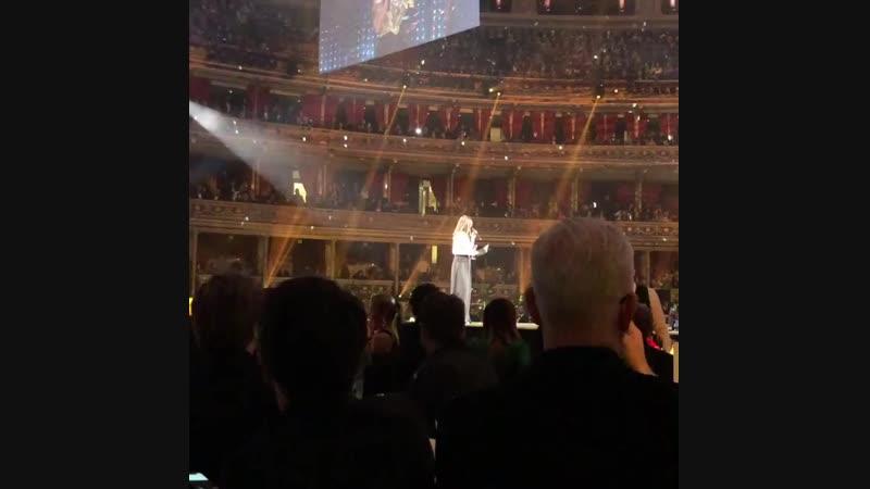 10 декабря 2018: Лана представляет награду «Бренд года» (Gucci) на церемонии «The Fashion Awards»