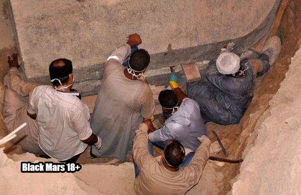 Египетские ученые наконец-то вскрыли загадочный черный саркофаг, найденный в Александрии на глубине 5 метров. В нем оказались три скелета, получившие серьезные повреждения из-за просочившейся внутрь саркофага воды. Останки, скорее всего, принадлежат солдатам, на одном из черепов остался след от удара мечом. Мумии отправят на исследование в александрийский национальный музей.