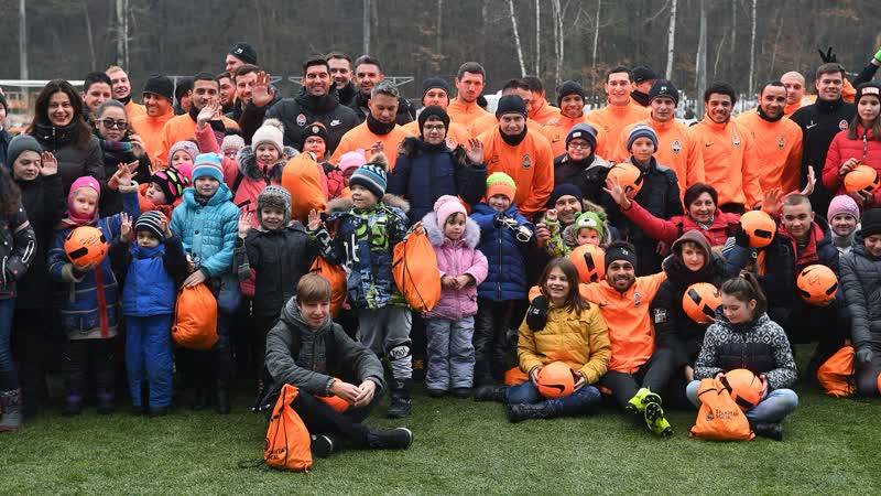 Неожиданные гости на тренировке Шахтера 60 детей и новогодние подарки
