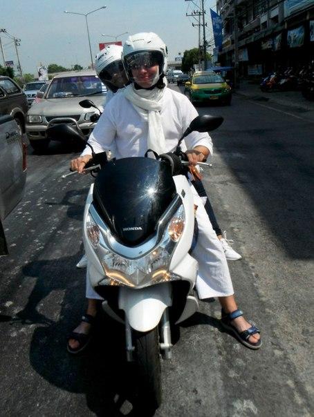 Все в белом на тайских дорогах