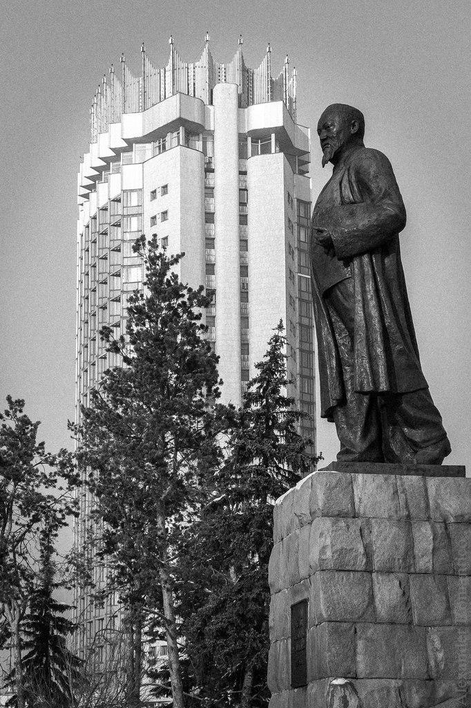 Памятник Абаю Кунанбаеву и гостиница Казахстан