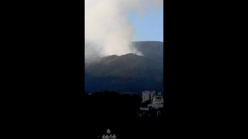 Ялта, сильны ПОЖАР, в горах ТУРИСТЫ исполняют