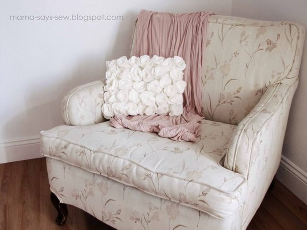 Нежная подушка с флисовыми розами (9 фото) - картинка