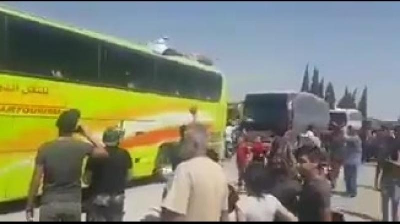 Бойцы САА и Союзники а также мирные жители прибыли в Алеппо с осажденных городов Фуа и Кефрая посмотрите как их встречают люд