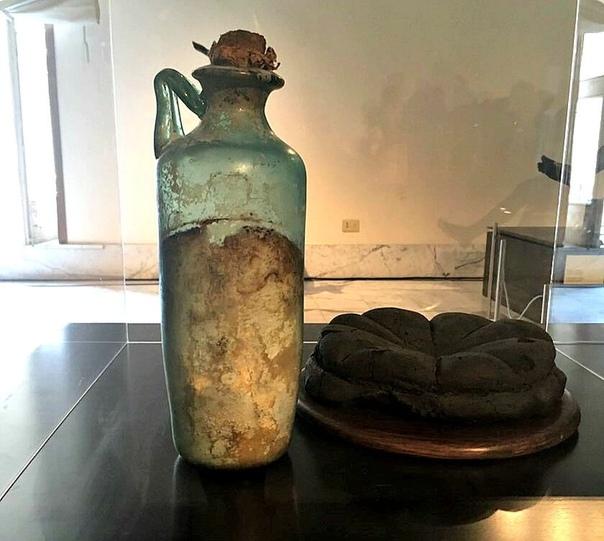 В Национальном археологическом музее Неаполя туристы имеют возможность увидеть Римскую бутылку с сохранившимся оливковым маслом - ей почти 2000 лет