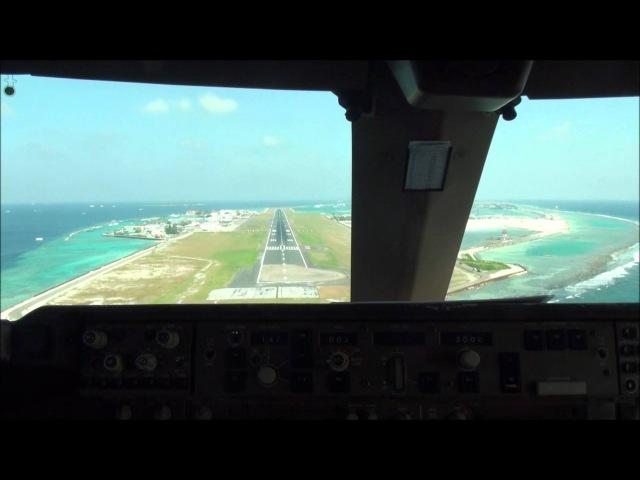 Boeing 747-400 cockpit landing 2 at Male(VRMM).