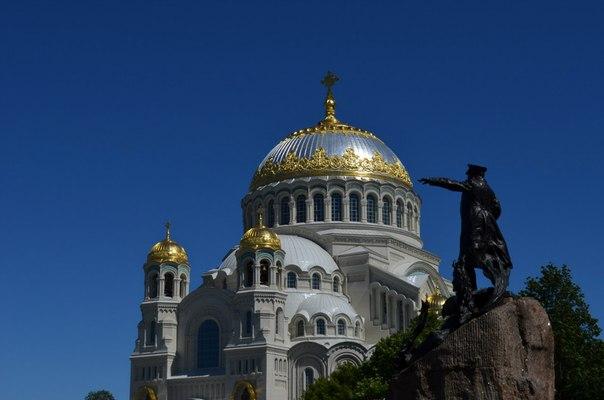 Морской Никольский собор и памятник адмиралу Макарову