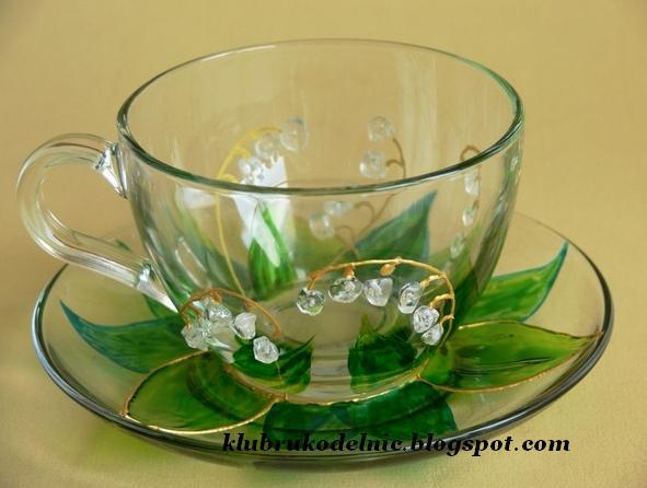 """Делаем необычную чашку Как вам нравятся такие """"драгоценные"""" ландыши? Это может быть оригинальный и красивый подарок или просто вещица для души. Попробуйте и вы так украсить чашку с блюдечком. Для работы понадобятся гладкие стеклянные кусочки - могут это быть старые бусы или можно такие стеклянные бусинки купить в магазине для рукоделия, универсальный клей для стекла, краски для стекла. А также чашка с блюдечком из прозрачного стекла. 1. Обыкновенным водой смываемым маркером нарисуем…"""