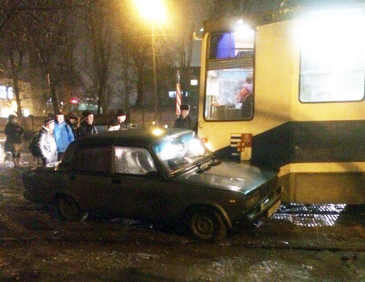ДТП в Таганроге: трамвай протаранил «ВАЗ-2107»