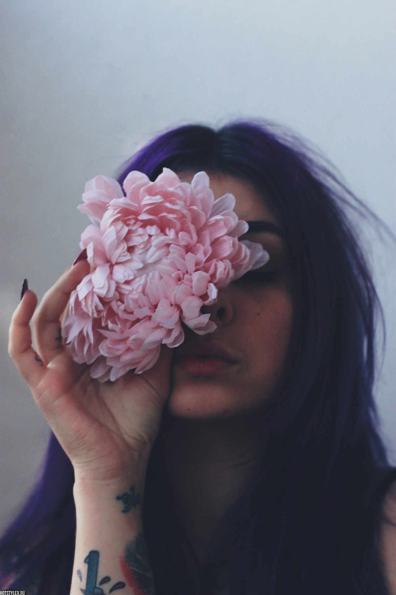 Брюнетка на аву с цветами