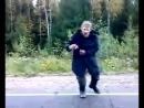 Бомж танцует на дороге.о