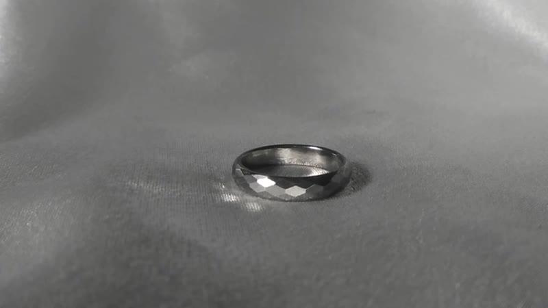 Кольцо из титана ВТ-22 с алмазными гранями