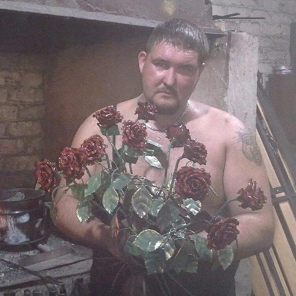 Кузнец из Йошкар-Олы изготавливает розы из железа!