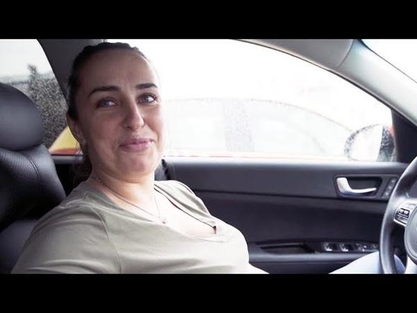 Довольная таксистка и незрячий путешественник | ZOOM