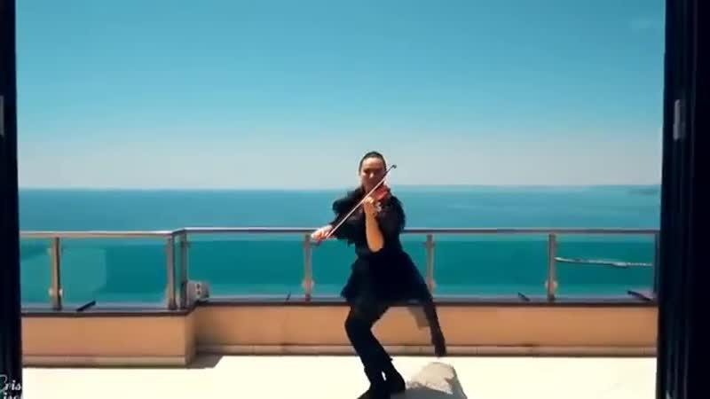 Красавица скрипачка, синее небо, море и Ламбада