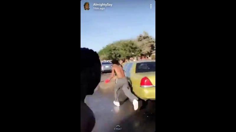 Женщина полицейский приехала в темнокожий район