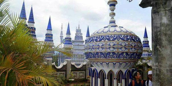 В Индонезии, в штате Маланг есть мечеть Тибан Реждо Турен, ее называют летающая мечеть Мечеть удивительной красоты. Стиль этой мечети завораживает. Она считается чудом исламского зодчества,