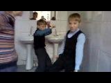вот что пацани в туалете школьном делают)