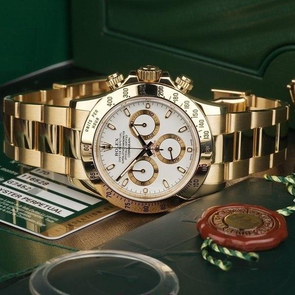Есть в магазине центра и по-настоящему дорогие часы — их стоимость измеряется в миллионах.