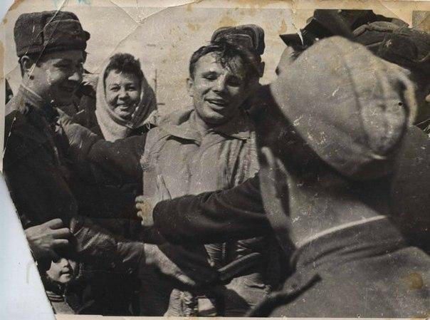 Первые минуты Гагарина после приземления на Землю. 12 апреля 1961 г.