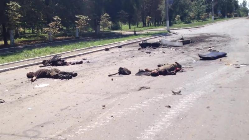 Разгром укропов в Шахтерске 31 июля 2014. Пленный закапывает укро-трупы в сквери