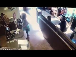 Взбешённая клиентка забросала работников кафе собственными фекалиями