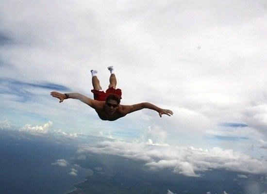 Банзай-парашютисты прыгают с самолёта без парашюта.