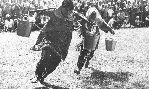 """Бег с ведрами на татарском празднике """"Сабантуй"""". Казань, 1965 год."""