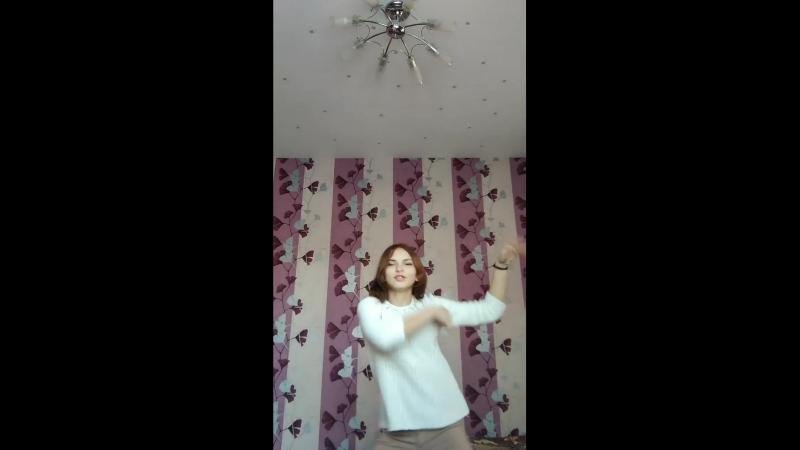 Ульянка танцует
