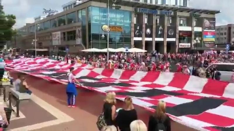Хорваты растянули 100-метровый флаг в Калининграде