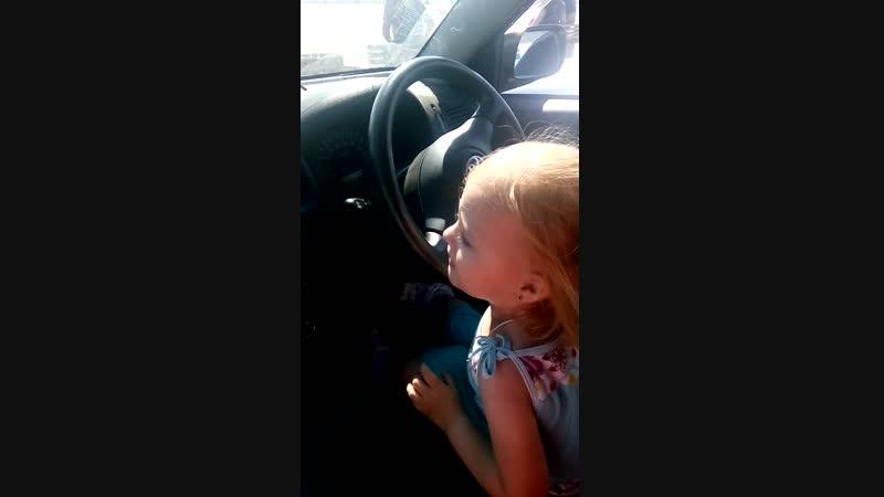 Поля танцует в машине