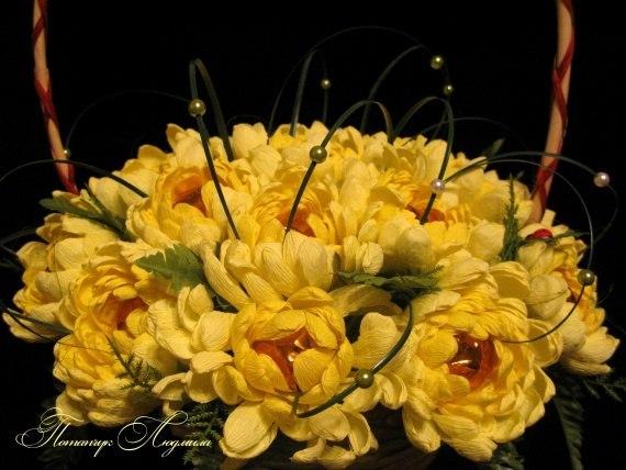 Хризантемы из конфет и гофрированной бумаги мастер класс фото