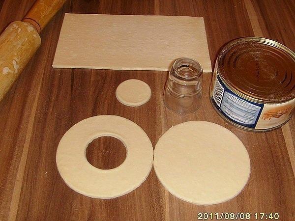 СЫТНЫЕ ГУСАРИКИ Ингредиенты: - готовое слоеное тесто - фарш - сыр -