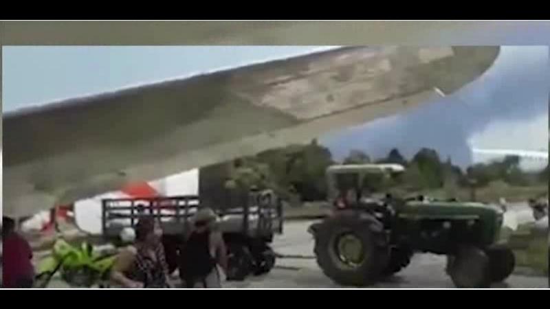самолет вот-вот ударит в другой самолет, припаркованный при посадке на взлетно-посадочную полосу