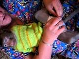 одеваем памперс обезьянке