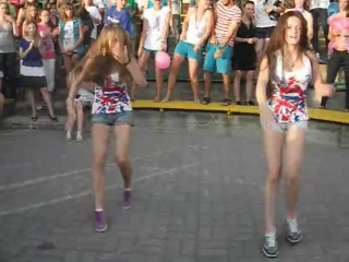 Девчёнки прикольно танцуют