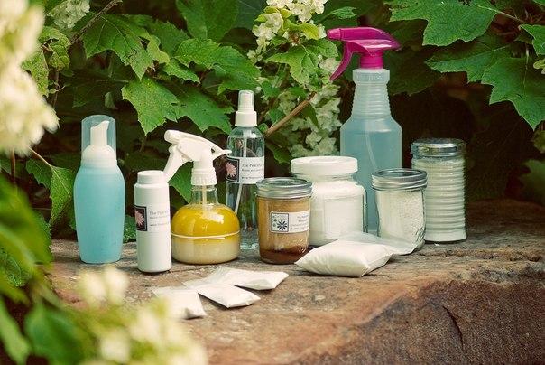 10 Чистящих средств для дома, которые можно сделать самим 1. УНИВЕРСАЛЬНОЕ ЧИСТЯЩЕЕ СРЕДСТВО ✔ Экологически чистое средство для мытья посуды, и для мытья сантехники. Состав: ● детское мыло — 1 кусок, ● сода — 250 гр (половина пачки), ● 2 стакана воды. Мыло натереть на терке, добавить сначала 1 стакан воды, взбить, добавить ещё один стакан и в эту пену постепенно добавлять соду. Ещё немного взбить и все! Получается по консистенции паста. 2. ДОМАШНИЙ ПЯТНОВЫВОДИТЕЛЬ ✔ ● 1 стакан горячей воды ●…