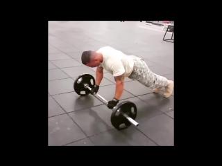 Тренировка Американского солдата в тренажерном зале