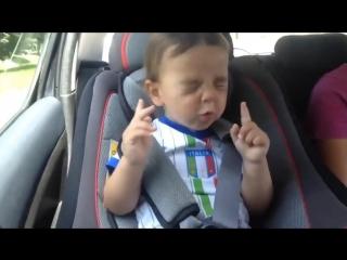 Малыш кайфует от песни