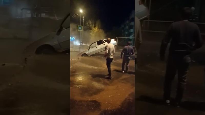 В Самаре автомобиль провалился на перекрестке улиц Мориса Тореза и Мяги