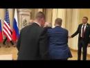 Американского журналиста вывели из зала перед пресс-конференцией Путина и Трампа