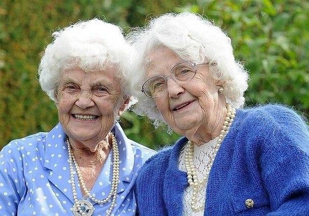 Самые пожилые близнецы на планете - Сестры Ена Пью (справа) право и Лили Милвард...