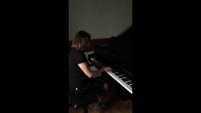 Вихрия играет на рояле