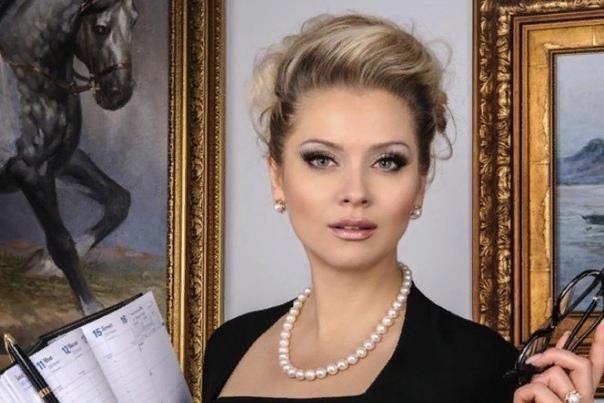 Лена Ленина Лена Ленина светская львица и бизнесвумен. Лена демонстрирует многочисленные таланты, которые вызывают неоднозначную оценку у прессы и обывателей. Поклонники знают Ленину как