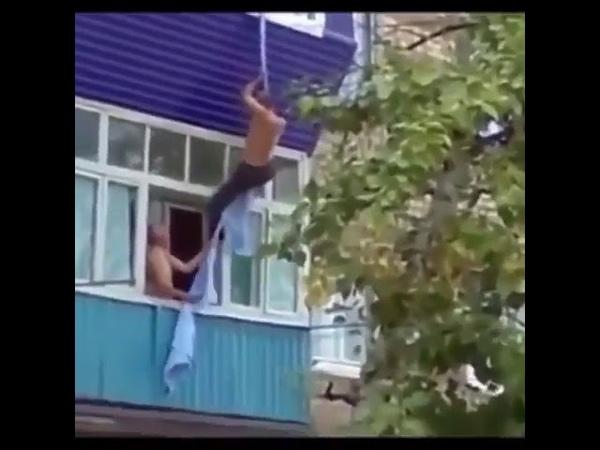 Мужик спускается вниз по верёвке