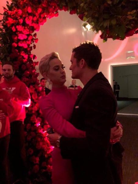 Американская певица Кэти Перри и британский актер Орландо Блум обручились в День святого Валентина. Об этом сообщила в соцсетях мать Кэти Мэри Хадсон, разместив романтические фотографии с