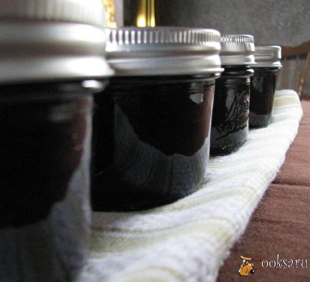 Варенье из черной смородины на зиму Черносмородиновое варенье на зиму готовится по очень простому рецепту – и всего за несколько минут. Использование пектина сокращает время приготовления варенья до минимума и обеспечивает ему достаточно густую консистенцию – готовое варенье из черной смородины по густоте будет больше похоже на джем. Чем дольше варенье будет готовиться, тем более густым оно получится – так что консистенцию можно регулировать по своему усмотрению.
