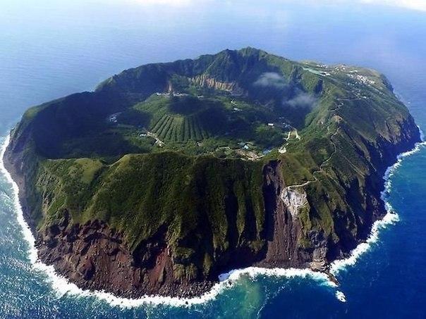 В Японии есть загадочный остров Аогашима, имеющий вулканическое происхождение. В его кратере находится небольшая, изолированная от внешнего мира деревня.