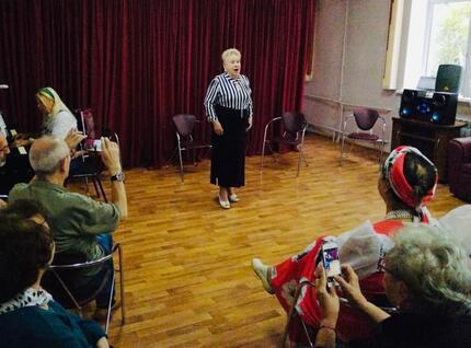 Романсы и песни советских лет прозвучали в центре соцобслуживания  на улице Бажова