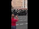 У Мінску хуткая з уключанымі маячкамі не можа праехаць з-за калоны ваеннай тэхнікі.